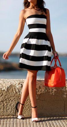Petite robe bustier marinière casual. Avec des sandales à talons qui allonge les jambes et qui donne une certaine classe à la tenu . Le sac qui donne une touche de couleur. Une tenu parfaite pour une sorti entre ami(e)s.