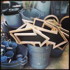 黒板タイプになっている矢印やアルミのバケツなど、すべてがかわいくて庭いじりがしたくなります。