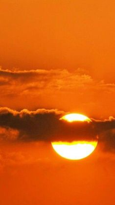 Meaning of The Color Orange. Orange is associated with meanings of joy, warmth, heat, sunshine, enth Orange Aesthetic, Rainbow Aesthetic, Aesthetic Colors, Aesthetic Photo, Aesthetic Pictures, Sun Aesthetic, Photography Aesthetic, Nature Photography, Orange Sky
