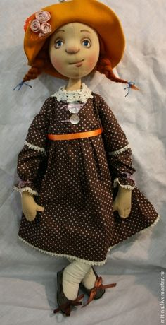 Авторская кукла `Солнечное настроение`. Большая поролоновая кукла-девочка, обтянута трикотажем, тонирована акрилом и пастелью. Глазки куклы закрываются в положении лежа. Шляпка, платье, туфельки и гольфы снимаются. Имеет при себе забавную неопознанную зверюшку желтого цвета.