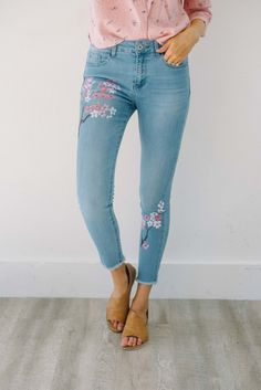 Painted flowers on top right thigh + leftlower leg Frayed hem Mid rise Cropped fit Lots of stretch 60% Cotton, 22% Polyester, 16% Viscose, 2% Elasthanne Model