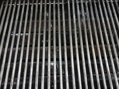 How to clean the bbq grill in a snap - B+C Guides Bbq Grill, Grilling, Weber Grill, Clean Grill Grates, How To Clean Bbq, Cooking Temperatures, Cleaning Hacks, Grill Cleaning, 3 Balls