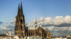 Deutschland ist aktuell mit 39 Kultur- und Naturdenkmälern auf der UNESCO-Liste vertreten. Der Kölner Dom gehört seit 1996 dazu. Wie ein Wächter aus Stein prägt die drittgrößte gotische Kathedrale der Welt das Bild der Stadt Köln. Erstes Welterbe-Denkmal Deutschlands war übrigens der Dom von Aachen, der bereits 1978 ausgezeichnet wurde.