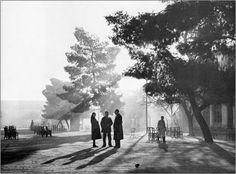 Πρωινό στην κεντρική πλατεία 1950 φωτ.Τάκη Τλούπα Old Pictures, Old Photos, Vintage Photos, Greece Photography, White Photography, Sense Of Place, Athens Greece, Old World, Street View