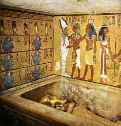 Chambre funéraire - cuve de quartzite jaune contenant les 3 sarcophages. Le dernier en or massif (110kgs) contenait la momie de Toutankhamon portant son magnifique masque (11kgs d'or)