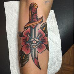 #ink #inkup #tattoo #tattoorj #tattooed #acquasantatattoo #tattooartist #oldschool #art #skin #rj #bodyart #inklife #riodejaneiro #rose #punhal #dagger