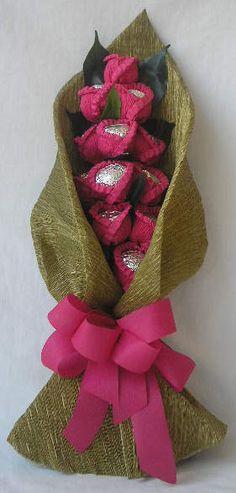 Chocolate flower (: <3 Liquor Bouquet, Candy Bouquet Diy, Gift Bouquet, Chocolate Pack, Chocolate Gifts, Homemade Chocolate, Chocolate Flowers Bouquet, Craft 2016, Cupcake Crafts