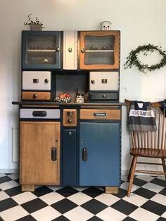 Le buffet Mado Melchior a été entièrement restauré et personnalisé. Ses nouvelles couleurs: Bleu Dénim, Bleu Nordique, Chêne clair et imprimés géométriques.