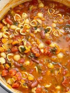 Minestrone soup recipe that cooks in one pot on the stove top with beans, vegetables, in a vegetable broth tomato sauce base. Vegetable Broth Soup, Vegetarian Vegetable Soup, Recipes With Vegetable Broth, Vegetarian Meals, Fall Soup Recipes, Healthy Soup Recipes, Cooking Recipes, Recipes Dinner, Healthy Cooking