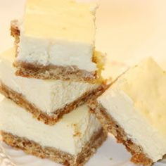 This is a favorite cheesecake bar recipe. One that you can prepare and have a variety of toppings that your guest can build their own cheesecake. Toppings such as nuts, chocolate, carmel sauce, strawb Cheesecake Bars, Cheesecake Recipes, Dessert Recipes, Cheesecake Toppings, Classic Cheesecake, Homemade Cheesecake, Simple Cheesecake, Lemon Cheesecake, Yummy Treats