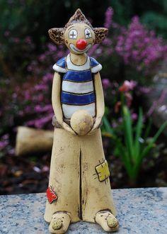 Keramický klaun Vyroben ze šamotové hlíny, patinován, glazován. Ručně modelován, výška 23,5 cm.