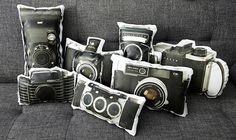 アンティークカメラのクッションがかわいい。カメラ好きへのプレゼントにおすすめの生活雑貨。