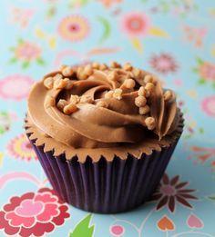 Con este delicioso buttercream de Nutella podrás decorar cupcakes o tartas. Es muy sencillo de hacer y solo necesitarás 3 ingredientes. Os ponemos también el vídeo que ha realizado Objetivo: Cupcake Perfecto, para que os resulte aún más fácil. INGREDIENTES 150 gr de mantequilla sin sal, a temperatura ambiente 150 gr. de azúcar glas oIcing …