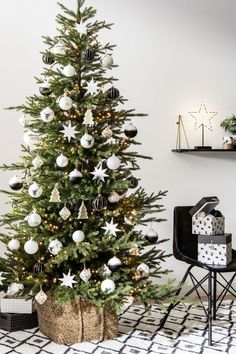 Frost-Effect White Glass Christmas Bauble Glass Christmas Baubles, Silver Christmas Decorations, Christmas Mood, Rustic Christmas, Merry Christmas, Holiday Decor, Christmas Tree Inspiration, Navidad Diy, 242