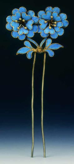 Qing Dynasty kingfisher feather hairpin, made in the century. The blue parts of this hairpin are made out of kingfisher feathers.Kingfisher feathers were often used to decorate crowns and tiara's in the Qing Court. Ancient Jewelry, Antique Jewelry, Vintage Jewelry, Jewelry Accessories, Jewelry Design, Vintage Hair Combs, Hair Ornaments, Hair Jewelry, Jewellery