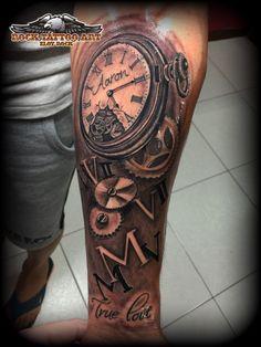 reloj con mecanismos y numeros romanos