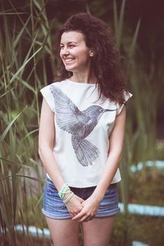 S kolibříkem u sebe / létat / vzkvétat. -------------- S láskou ručně nakresleno, sítotiskem vytištěno a ušito v Brně. --------------- Velice pohodlná halenka s autorskou kresbou kolibříka, kterou můžete nosit na zádech i na hrudi, s volnějším střihem, se výborně hodí na dlouhé letní dny. Látka je jemně smetanová se složením 83% polyester 15% viskóza 2% elasten. ... One Shoulder, Blouse, Tops, Design, Women, Fashion, Moda, Women's, Fashion Styles