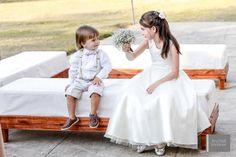 Pajem de suspensório e bermuda e Daminha Do post:  Casamento ao ar livre de Karine e Matheus|   Blog Clube Noivas #casamento