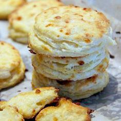 { Little Accidents in the Kitchen }: Mozzarella Buttermilk Biscuits Buttermilk Recipes, Buttermilk Biscuits, Scones, My Favorite Food, Favorite Recipes, Dinner Bread, Good Food, Yummy Food, Fun Food