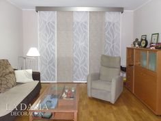 Panel Japonés con galería decorativa acero Studio Living, Home Living Room, Curtains With Blinds, Panel Curtains, Small Bedroom Interior, Partition Design, Shades Blinds, New Homes, House