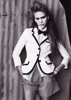 Women can wear bow ties too, and frankly, look a whole lot better in them. Drew Barrymore in a striped bow tie to match her . Women Wearing Ties, Women Bow Tie, Vogue, Androgynous Fashion, Androgyny, Androgynous Models, Fashion Models, Fashion Trends, Fashion Inspiration