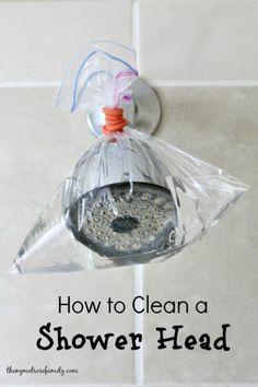 Démonter un pommeau de douche pour le détartrer n'est pas si compliqué. Mais si vous n'aviez pas envie de démonter le pommeau de douche de son support juste pour le laver, cette astuce sera pratique pour vous! Dans un sac résistant, comme un sac zipl