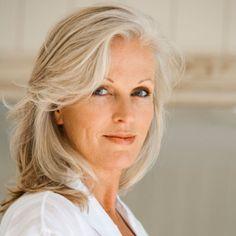 Teindre des cheveux blancs en blond