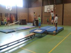 Vanaf de trampoline naar de rekstok springen. Trampoline Workout, Backyard Trampoline, Trampolines, Pe Lessons, Kids Gym, Gross Motor Activities, Gym Classes, Sports Games, Experiential