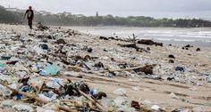 En Kuta, Indonesia, los desechos son arrastrados a la playa principalmente en el invierno.