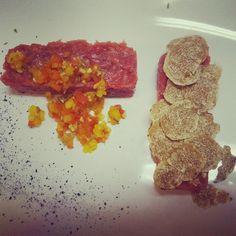 pranzo a #lacciuganelbosco : Carne cruda battuta al coltello con peperoni di Carmagnola, Nocciola della Langa, timo, Aceto balsamico al Moscato e con #Tartufo bianco #langhe #battutacoltello #carnecruda #peperoni #nocciole #recipe #instafood #eat #foodpics #acetobalsamico #dovemangiarelanghe #eatlanghe #chef
