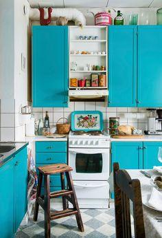 Äiti maalasi 1980-luvun keittiön kaappien ovet välimerenturkoosilla. Lattialla on ruudullinen muovimatto. Kaapin päällä on entisen kesäpaikan eli Kukkolan katolla ollut kukko. Vanha tarjotin on löytö kirpputorilta. Ovet, Cute Kitchen, Take Me Home, Madness, Kitchens, Sweet Home, Kitchen Cabinets, Home Decor, Decoration Home