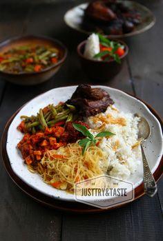 Just Try & Taste: Resep Nasi Uduk dan Ceritanya Rice Recipes, Asian Recipes, Ethnic Recipes, Rice Box, Indonesian Cuisine, Indonesian Recipes, Porridge Recipes, Nasi Lemak, Food Tasting