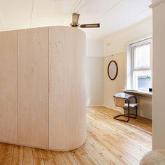A Sydney, l'agence Catseye Bay aménage un studio de 36m² d'un immeuble art-déco typique du quartier historique de Darlinghurst. Contraints par la surface, les architectes imaginent un module central autour duquel s'organisent différents espaces ...