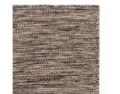 Laufen Sie über die kühle Leichtigkeit skandinavischen Designs. Das gleichmäßige, handgefertigte Knotendesign ist zurückhaltend, sodass sich unsere Kollektion Gravlev gut in jedes Ihrer Zimmer einfügt. Reine Schurwolle gibt Teppich Gravlev eine feste, aber angenehme Haptik. Kombiniert mit einer rutschfesten Unterlage bleibt der Teppich an Ort und Stelle.