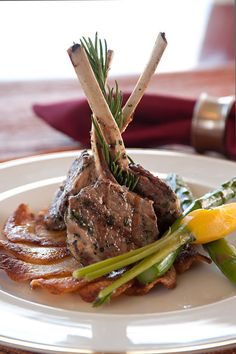 The elegant presentation of lamb chops is sure to delight at your next catered e Comidas fáciles Lamb Recipes, Meat Recipes, Gourmet Recipes, Cooking Recipes, Food Design, Food Plating Techniques, Food Porn, Western Food, Beef Dishes
