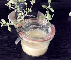 Thymianbalsam selbst gemacht 2 handvoll getrockneten Thymian 100ml Basisöl (wie beispielsweise Mandelöl) 4 TL Bienenwachs (gibt es in der Apotheke) kleiner Topf, Sieb, Löffel, Aufbewahrungsdose