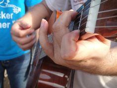 Manos de Eduardo Valdez. #Guitarra #CEB
