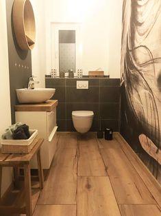 Waschtischplatten aus europäischem Holz mit weißen Unterschränken Wc Design, House Design, Interior Design, Downstairs Toilet, Bathroom Interior, Room Inspiration, Sweet Home, New Homes, Home Decor