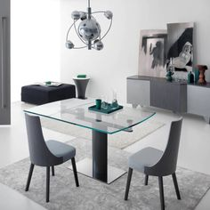 Modern glass table with simple, grey dining chairs and a grey interior design style. Table extensible moderne de design Bovary. Tables by Viadurini.fr