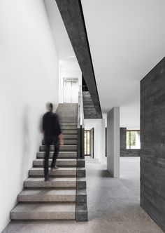 Attilio Panzeri & Partners designed Villa Montagnola, built on three levels. The villa overlooking a lake in Montagnola, Switzerland, was completed in Interior Design Courses Online, 3d Interior Design, Interior Design Living Room, Concrete Staircase, Stair Handrail, Social Housing Architecture, Ramp Stairs, Infinity Pool, Villa