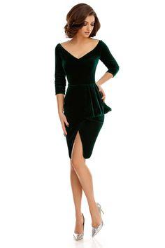 Catifeaua în nuanțe impunătoare de verde conferă rochiei Tiana verde o eleganță impecabilă, iar designul original adaugă elementul necesar de șic.