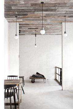 Både loft og vægge er beklædt med pallesider. Det giver rummet varme samtidig med, at det skaber et råt udtryk.