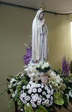 Senhora de Fátima - www.orquideias.com Blessed Mother, Table Decorations, Flowers, Mother Mary, Home Decor, Ideas, Church Flowers, Flower Arrangements, Floral Arrangements