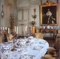 A salle a manger sheathed in painted oak boiserie. French Interior, French Decor, French Country Decorating, Traditional Dining Rooms, English Decor, Interior Decorating, Interior Design, Decorating Blogs, Marquise