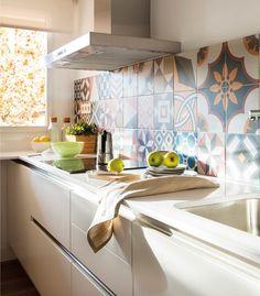 ¿Una cocina blanca demasiado sosa? ¡Dale color!