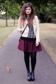 SS with contrasting black tights, ankle booties, pullover, and shoulder bag