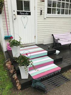 Maalattu matto   Meillä kotona Porch Swing, Outdoor Furniture, Outdoor Decor, Play Houses, Yard, Flooring, Diy, Crafts, Inspiration