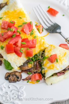 This fluffy egg white omelette is loaded with bacon, mushrooms, cheese, and fresh spinach which softens perfectly inside the omelette. So satisfying! Frittata, Spinach Omelette, Egg White Omelette, Spinach Egg, Omelette Recipe, Polenta Pizza, Good Healthy Recipes, Healthy Breakfast Recipes, Healthy Eating