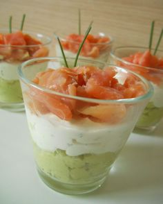 A simple and refined festive verrine … – Aperitif Recipe: Avocado & smoked salmon verrines by Lacuillereauxmilledelices Raffaello Dessert, Avocado, Spice Cupcakes, Snacks Für Party, Appetisers, Smoked Salmon, Finger Foods, Entrees, Tapas
