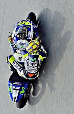 Yamaha M1 Retweet by Valentino Rossi (ValeYellow46 è anche il mio parrucchiere #messainpiega)